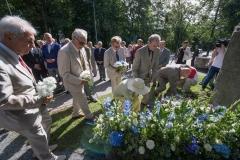 Lilled mälestuskivi juurde