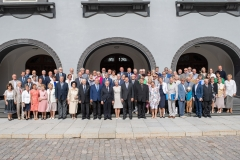 Üldkoosolekust osavõtjad Toompea lossi õues